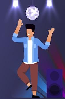 Gelukkig man stripfiguur uitgaan en dansen