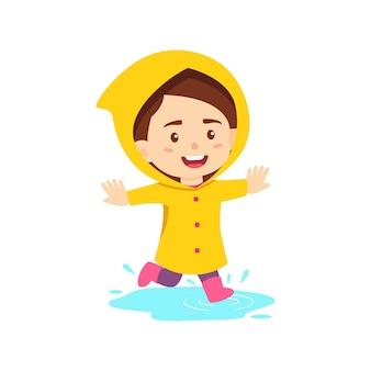 Gelukkig meisje dat regenjas draagt