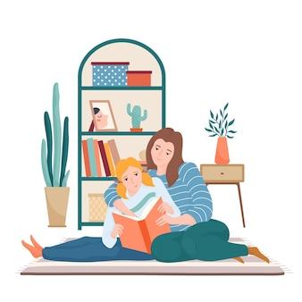 Gelukkig moeder en dochter lezen samen zittend in de woonkamer op het tapijt, moeder knuffelen haar kind en iets in het boek te wijzen