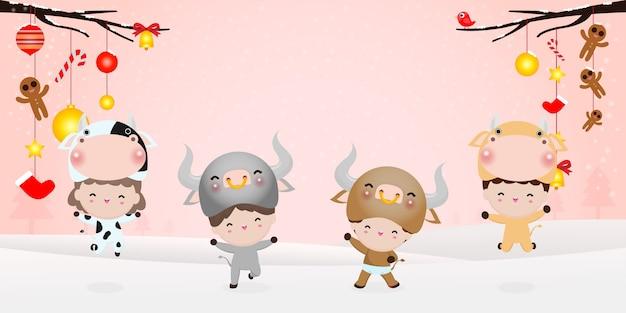 Gelukkig nieuwjaar 2021 kinderen achtergrond, schattige kinderen dragen koeien dier kostuums geïsoleerd op achtergrond, lieve kinderen in hun os dierlijke kostuums, schattig kind in cosplay het jaar van de os vector