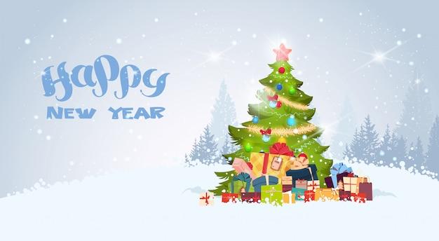 Gelukkig nieuwjaar achtergrond met versierde kerstboom over besneeuwde winter forest view