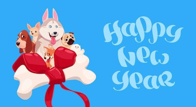 Gelukkig nieuwjaar belettering met schattige hond op versierde bot achtergrond