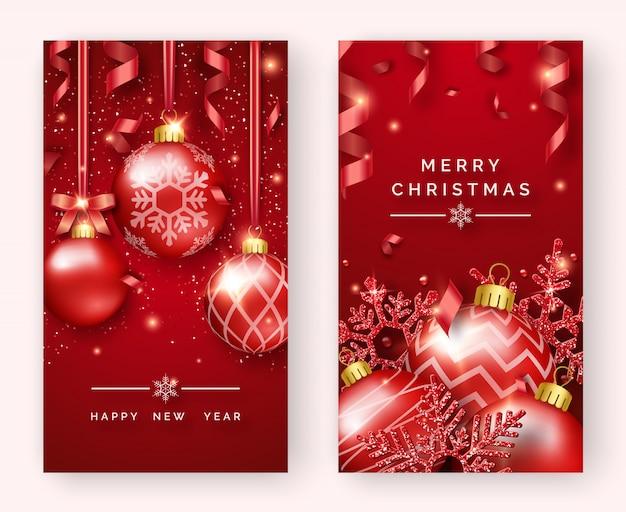 Gelukkig nieuwjaar en merry christmas verticale wenskaart met glanzende ballen, sneeuwvlokken, linten en confetti.