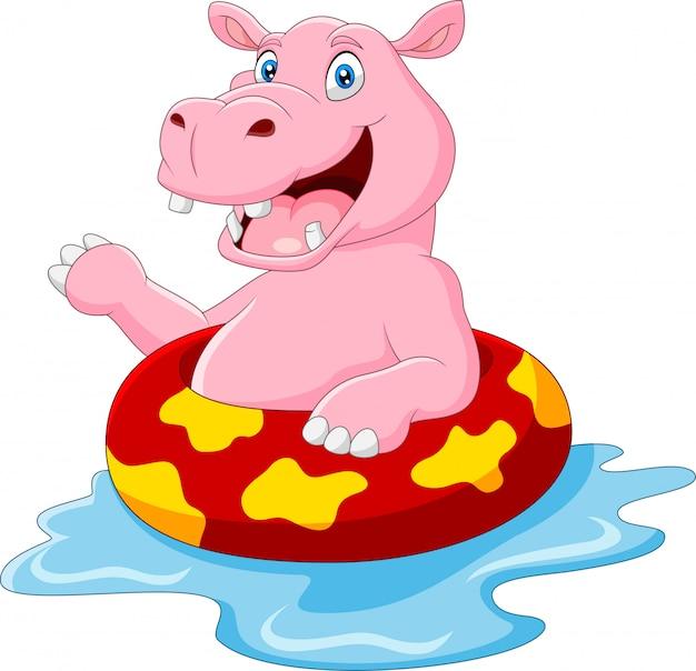 Gelukkig nijlpaard drijvend op opblaasbare ring