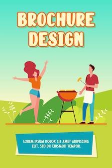 Gelukkig paar dat van de brochuremalplaatje van de barbecuepartij geniet
