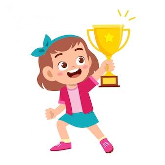 Gelukkig schattig kind meisje win spel gouden trofee
