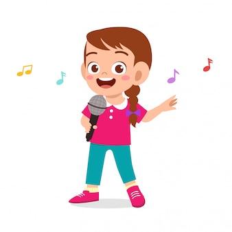 Gelukkig schattig kind meisje zingt een lied