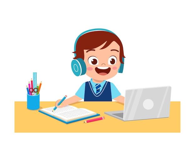 Gelukkig schattig klein kind doet thuisschool met computer laptop verbinding maken met internet studeren e-learning en cursus.