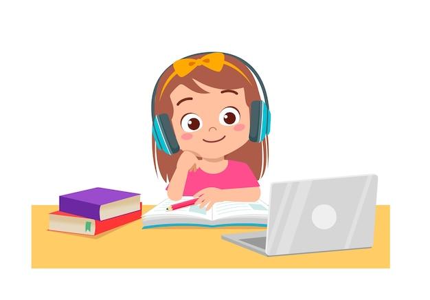 Gelukkig schattig klein kind doet thuisschool met computer laptop verbinding maken met internet studeren e-learning en cursus. Premium Vector