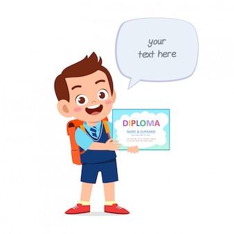 Gelukkig schattig klein kind jongen bedrijf certificaat