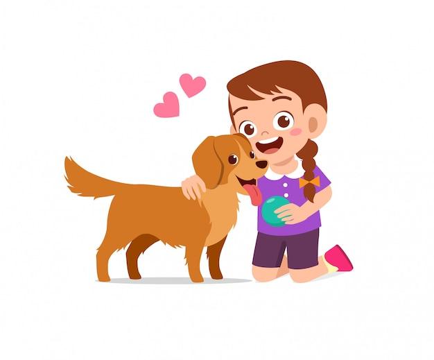 Gelukkig schattig klein kind jongen meisje spelen met hond