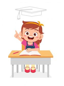Gelukkig schattig klein kind meisje denken op examen