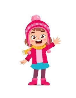 Gelukkig schattig klein kind spelen en jas dragen in het winterseizoen