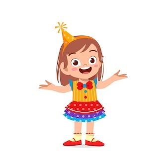 Gelukkig schattig klein kind vieren draagt clown kostuum