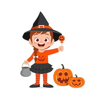 Gelukkig schattig klein kind vieren halloween draagt heks kostuum