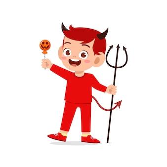 Gelukkig schattig klein kind vieren halloween draagt rode duivel monster kostuum