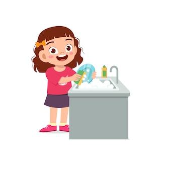 Gelukkig schattig klein meisje afwas in de keuken