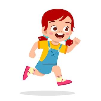 Gelukkig schattig klein meisje dat zo snel rent