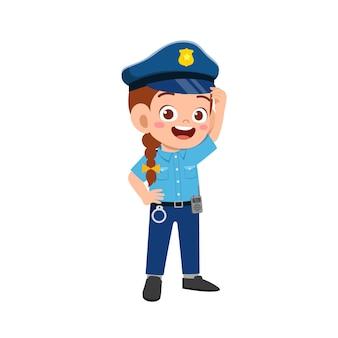 Gelukkig schattig klein meisje in politie-uniform