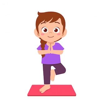 Gelukkig schattig klein meisje meisje beoefenen van yoga
