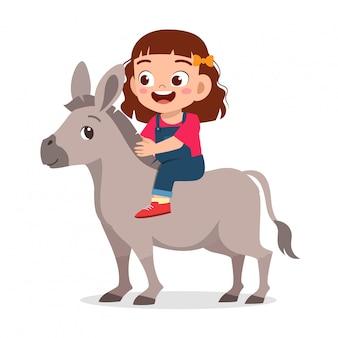 Gelukkig schattig meisje rijden schattige ezel