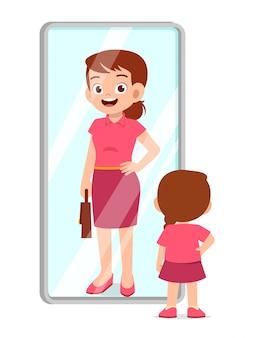 Gelukkig schattig meisje staat voor spiegel