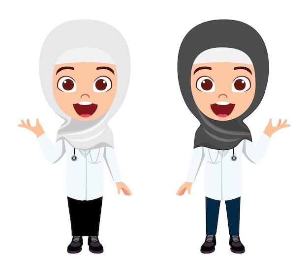 Gelukkig schattig slimme arabische moslim jongen meisje artsen karakter dragen hijab en zwaaien met vrolijke uitdrukking met geïsoleerde stethoscoop