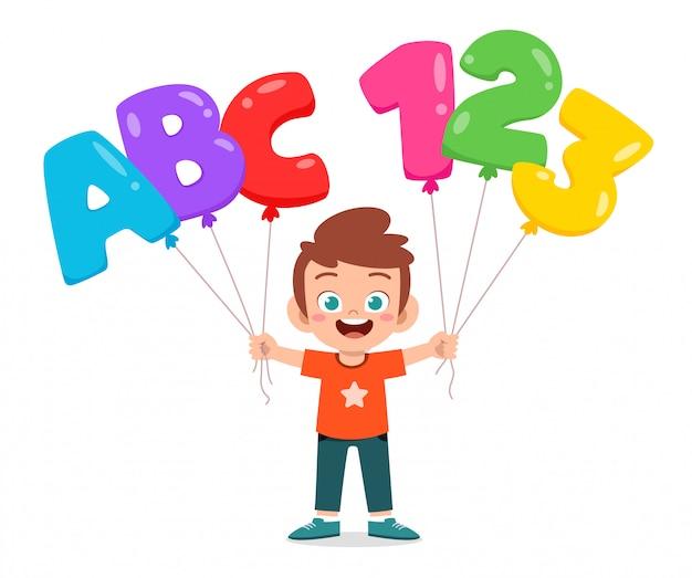 Gelukkig schattige jongen ballon tekst te houden