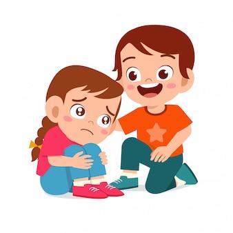 Gelukkig schattige jongen jongen comfort huilende vriend