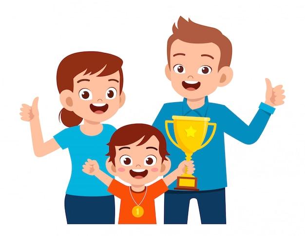 Gelukkig schattige jongen jongen eerste winnaar geworden