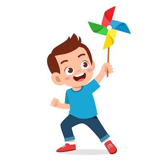 Gelukkig schattige jongen jongen glimlach bedrijf speelgoed