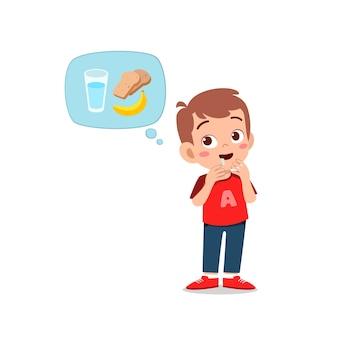 Gelukkig schattige jongen jongen voelt honger wil eten en denkt aan eten