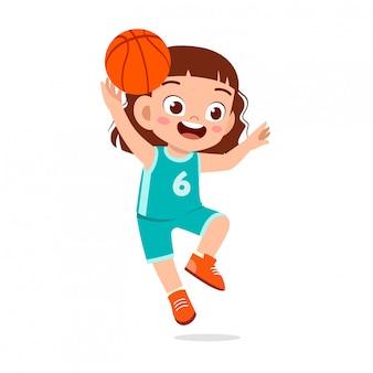 Gelukkig schattige jongen meisje spelen trein basketbal