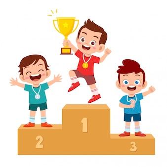 Gelukkig schattige jongen win spel gouden trofee