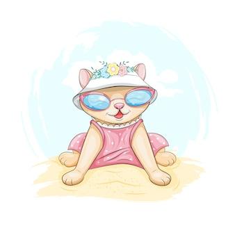 Gelukkig schattige kat draagt roze jurk en zonnebril, zittend op een zandstrand aan zee