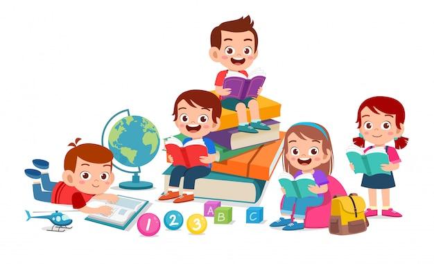 Gelukkig schattige kinderen jongen en meisje samen gelezen boek