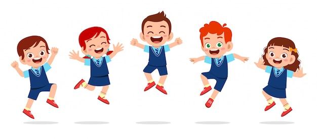 Gelukkig schattige kinderen jongen en meisje springen