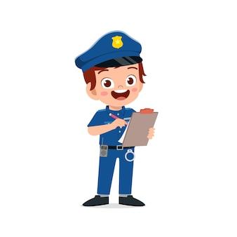 Gelukkig schattige kleine jongen in politie-uniform