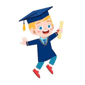 Gelukkig schattige kleine jongen jongen afgestudeerd van school