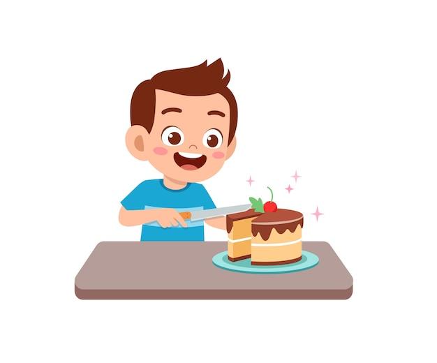 Gelukkig schattige kleine jongen jongen eet een verjaardagstaart