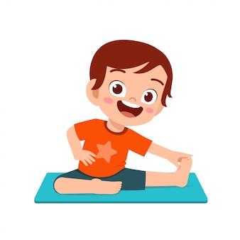 Gelukkig schattige kleine jongen jongen en meisje doen yoga pose
