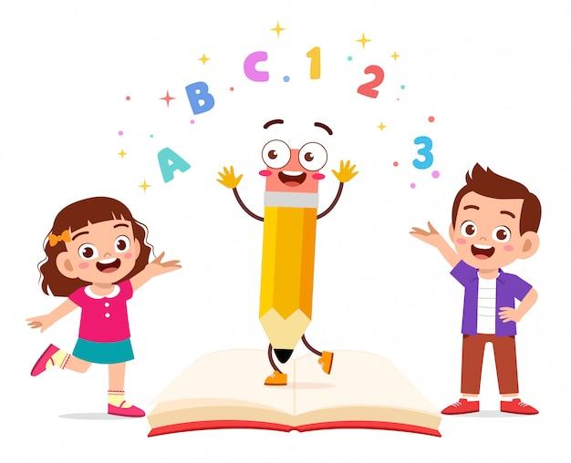 Gelukkig schattige kleine jongen jongen en meisje met boek en brief