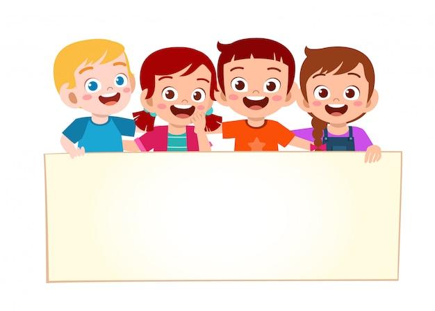 Gelukkig schattige kleine jongen jongen en meisje met lege banner