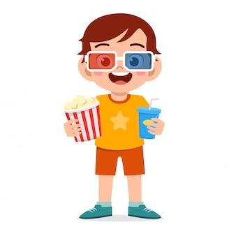 Gelukkig schattige kleine jongen jongen kijken film