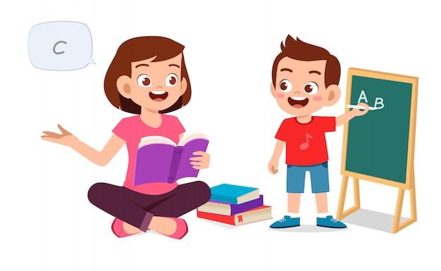 Gelukkig schattige kleine jongen jongen studeren met moeder