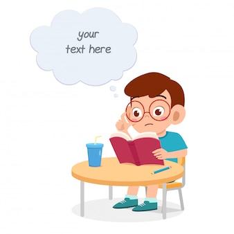 Gelukkig schattige kleine jongen jongen studie voor test