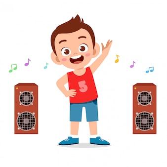 Gelukkig schattige kleine jongen jongen training met muziek luisteren