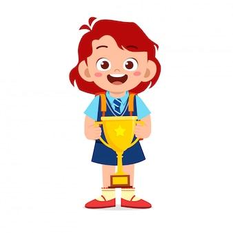 Gelukkig schattige kleine jongen meisje bedrijf trofee