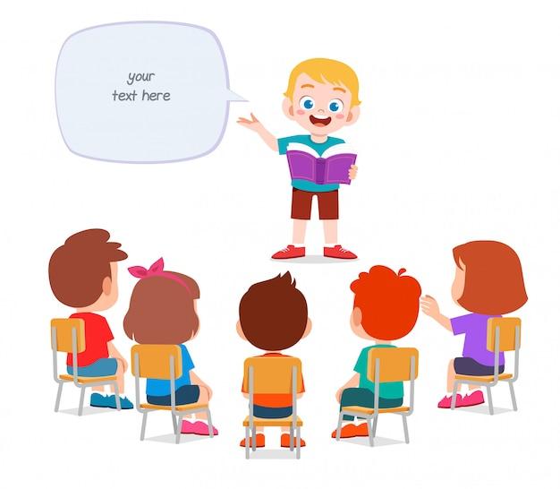 Gelukkig schattige kleine jongen verhaal vertellen aan vriend