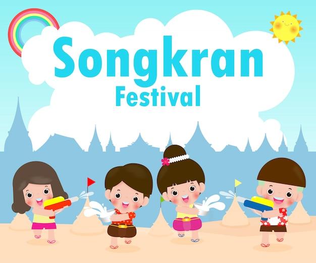 Gelukkig songkran-festival, kinderen genieten van opspattend water in songkran-festival